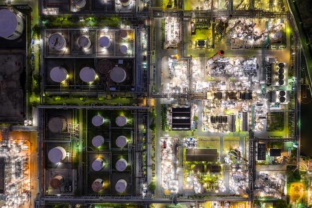 Vue aérienne de l'industrie du pétrole et du gaz - raffinerie au crépuscule Photo Premium