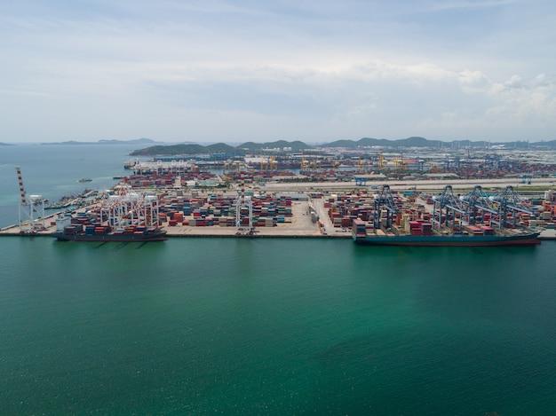 Vue aérienne, de, industriel, port, à, conteneurs, grand, navire porte-conteneurs, déchargé, dans, port Photo Premium