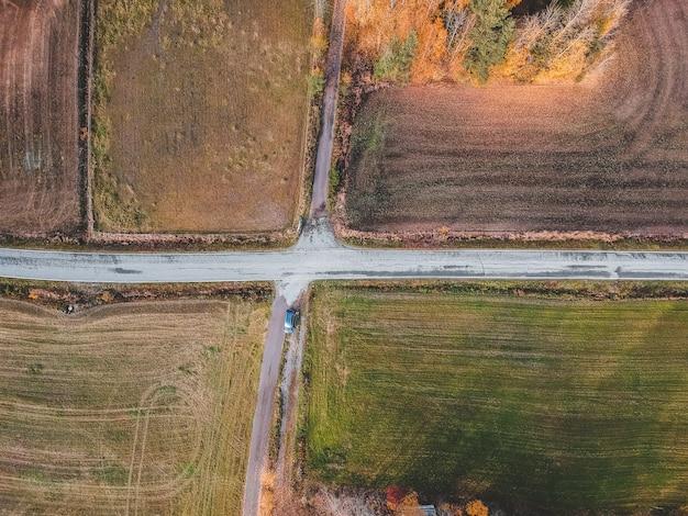 Vue Aérienne De L'intersection De Deux Routes Entourées De Champs. Photo Prise D'un Drone. Finlande, Pornainen. Photo Premium