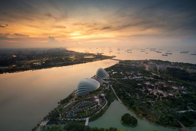 Vue aérienne des jardins de singapour près de marina bay à singapour dans la matinée. Photo Premium