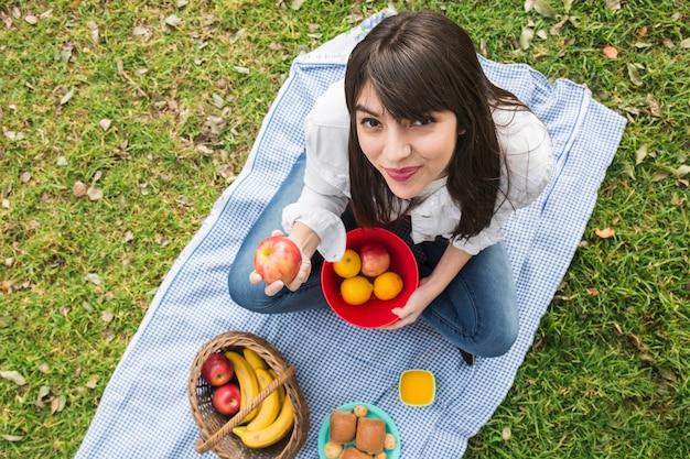 Vue aérienne, de, jeune femme, projection, fruits frais, dans main Photo gratuit