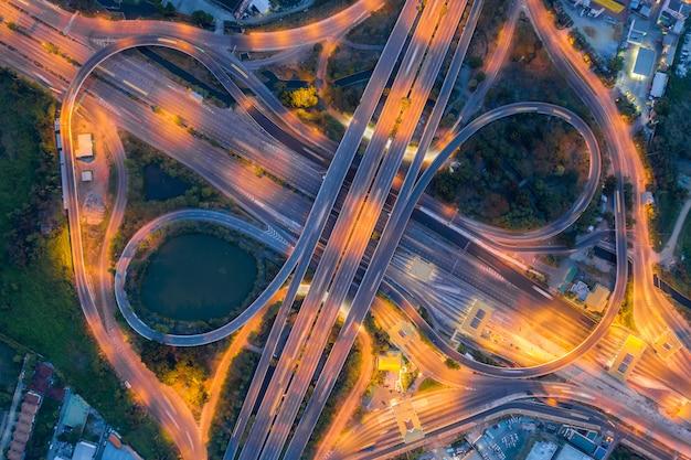 Vue aérienne de la jonction d'autoroute vue de dessus de la ville urbaine, bangkok dans la nuit, thaïlande. Photo Premium