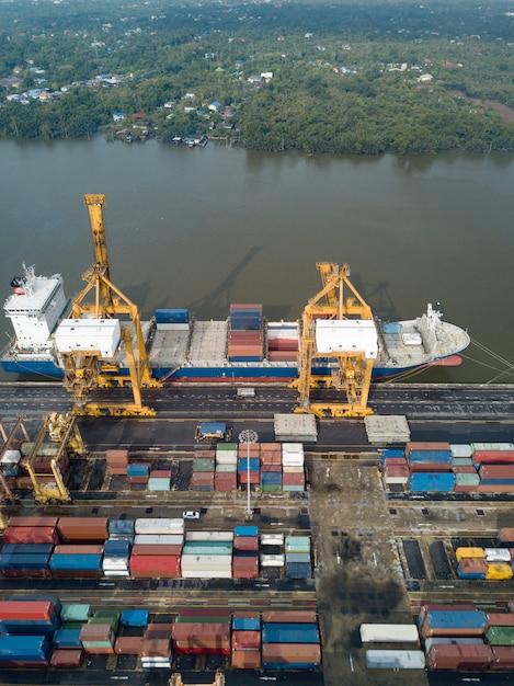 Vue aérienne de la logistique et du transport du cargo porte-conteneurs et du pont roulant Photo Premium