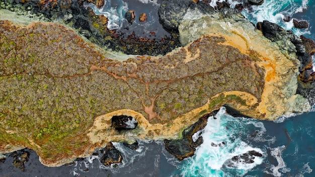 Vue Aérienne De Magnifiques Récifs Coralliens Au Milieu De La Mer Avec Des Textures D'eau Incroyables Photo gratuit
