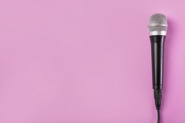 Vue aérienne, microphone, fond rose Photo gratuit