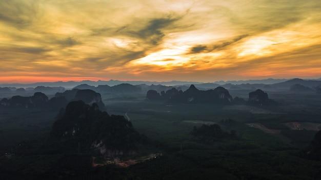 Vue aérienne de montagne au crépuscule, krabi, thaïlande Photo Premium