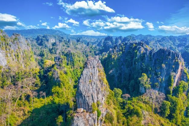Vue Aérienne De La Montagne De Calcaire Et De Rizière Dans Le District De Noen Maprang, Phitsanulok, Thaïlande Photo Premium
