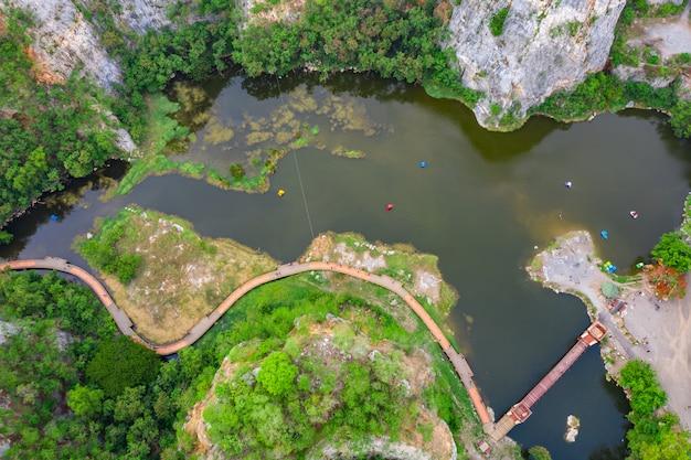 Vue aérienne sur la montagne de khao ngoo ou la montagne de serpent sont haute falaise Photo Premium