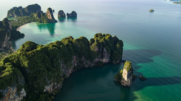 Vue aérienne de montagne et plage ou bord de mer à krabi en thaïlande Photo Premium