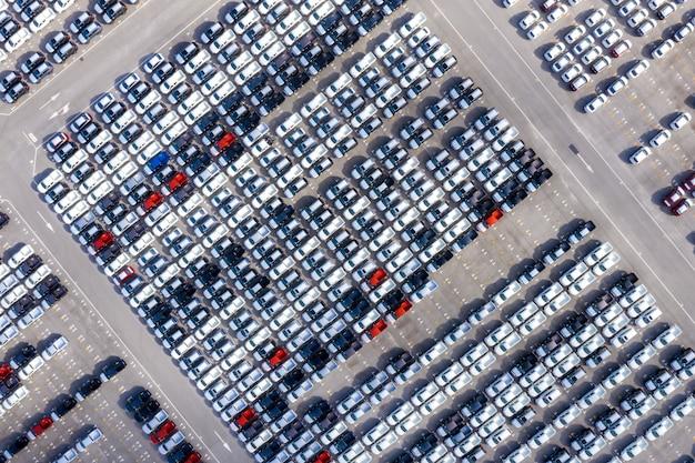 Vue aérienne de nouvelles voitures alignées dans le port Photo Premium