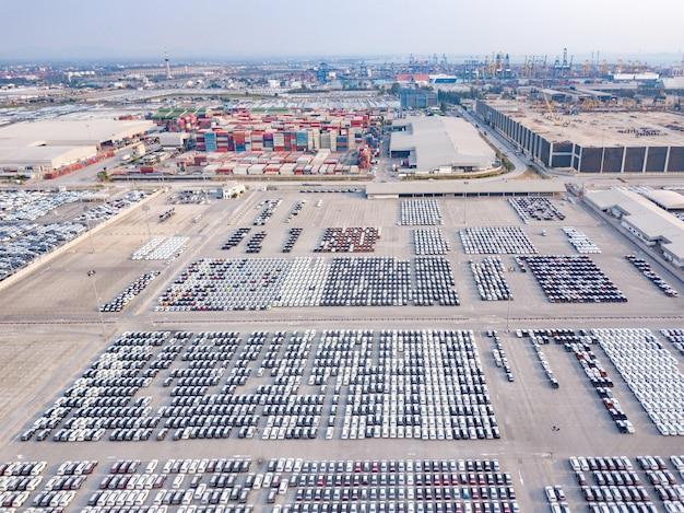Vue aérienne de nouvelles voitures garées sur le parking de l'usine automobile Photo Premium