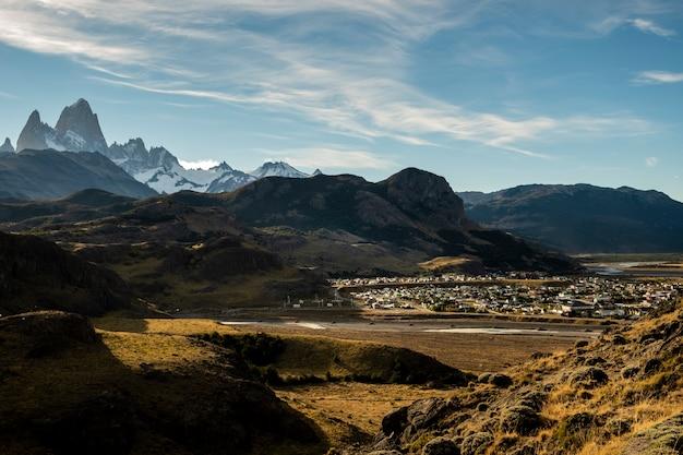 Vue Aérienne Panoramique De La Ville D'el Chaltén Et Du Cerro Fitz Roy Pendant Le Coucher Du Soleil Situé En Patagonie. Argentine Photo Premium