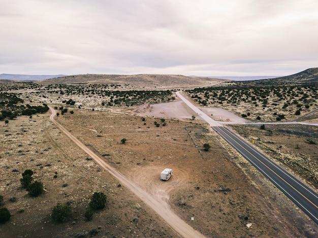 Vue Aérienne D'un Paysage Du Désert Des Usa En Arizona Avec Une Route Et Un Camping-car Stationné Photo Premium