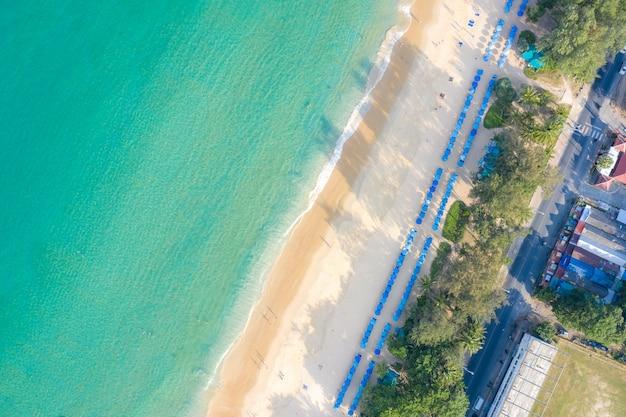 Vue aérienne de personnes nageant sur l'anneau de bain rose dans la mer turquoise transparente à phuket, en thaïlande. Photo Premium