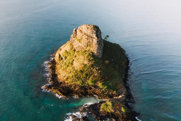 Vue Aérienne D'une Petite île Dans L'océan Bleu Pendant La Journée Photo gratuit