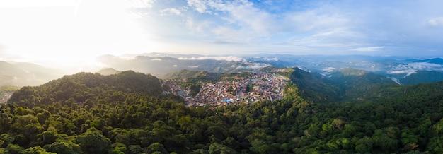 Vue Aérienne De Phongsali Au Nord Du Laos Sur La Crête De Montagne Pittoresque Photo Premium