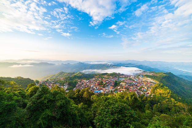 Vue Aérienne De Phongsali, Au Nord Du Laos, Près De La Chine. Ville De Style Yunnan Sur Une Crête De Montagne Pittoresque. Destination De Voyage Pour Les Villages Akha. Photo Premium