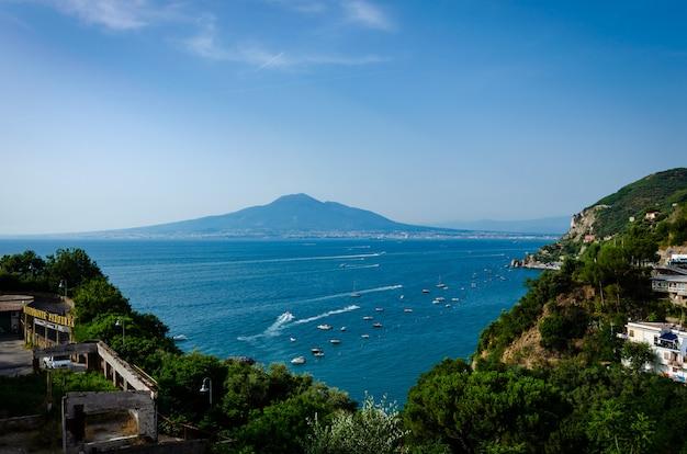 Vue aérienne pittoresque de vico equense avec son architecture fascinante et le mont vésuve dans le sud de l'italie Photo Premium