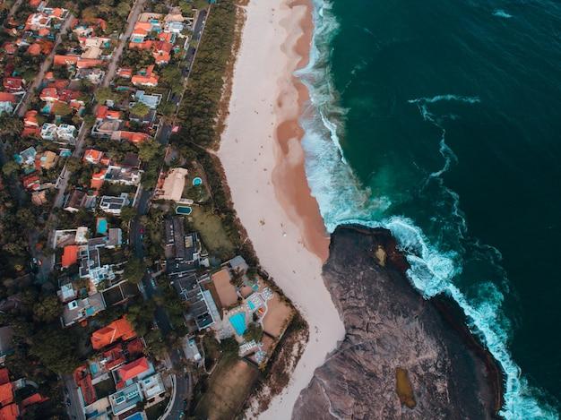Vue Aérienne D'une Plage Avec Beaucoup De Bâtiments Sur La Côte à Rio De Janeiro Photo gratuit