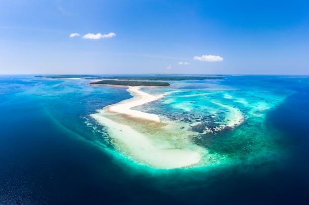 Vue aérienne plage tropicale île récif mer des caraïbes. barre de sable blanc snake island, indonésie Photo Premium