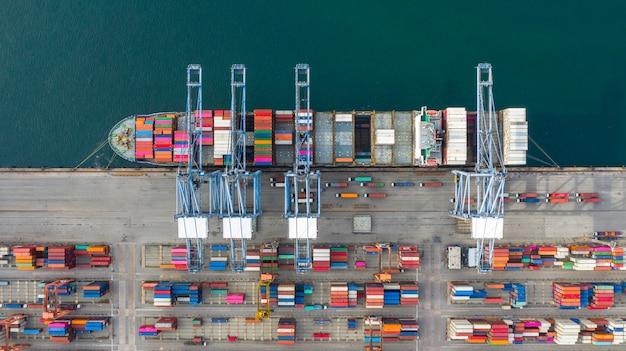 Vue aérienne de porte-conteneurs transportant des conteneurs dans la logistique d'importation et d'exportation de transport d'affaires. Photo Premium