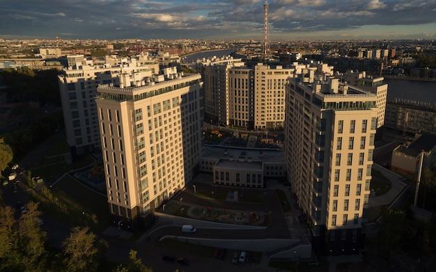 Vue aérienne, de, quartier résidentiel, à, coucher soleil Photo Premium