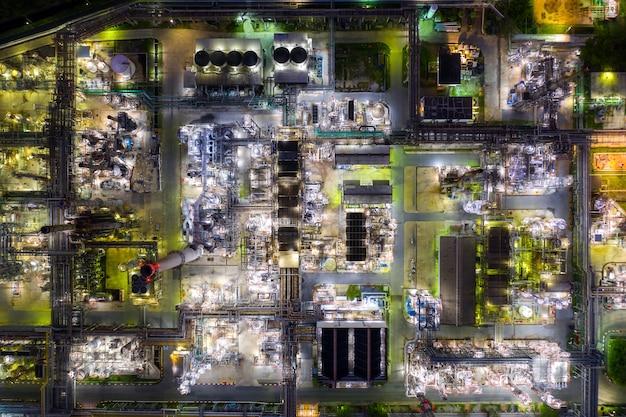 Vue aérienne, une raffinerie de pétrole et une usine de raffinerie de gaz forment la zone industrielle la nuit. Photo Premium