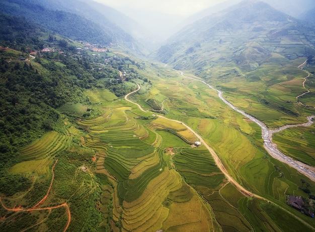 Vue aérienne de rizières en terrasses de mu cang chai, yenbai, vietnam. Photo Premium