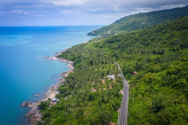 Vue Aérienne De La Route Entre Cocotier Et Grand Océan Pendant La Journée Photo Premium