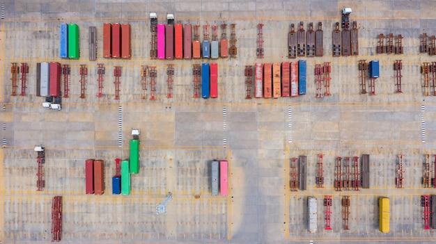 Vue Aérienne Semi Camion Avec Parking De Remorque De Fret Avec D'autres Camions Sur Le Parking Du Port Industriel Lot. Photo Premium
