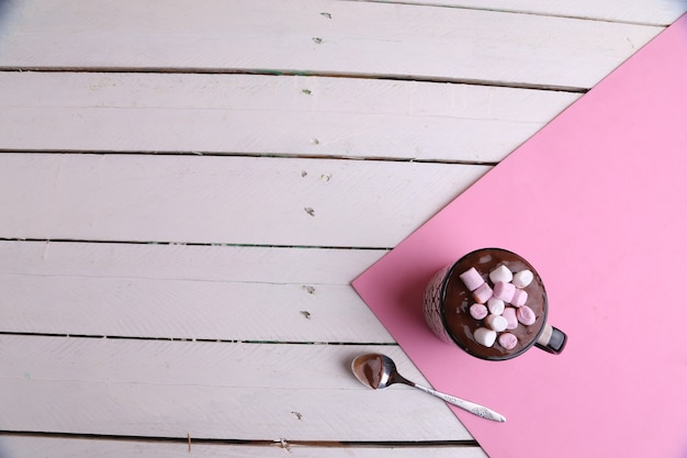 Vue Aérienne D'une Tasse De Chocolat Chaud Avec Des Guimauves Et Une Cuillère Sur Une Table De Cuisine Photo gratuit