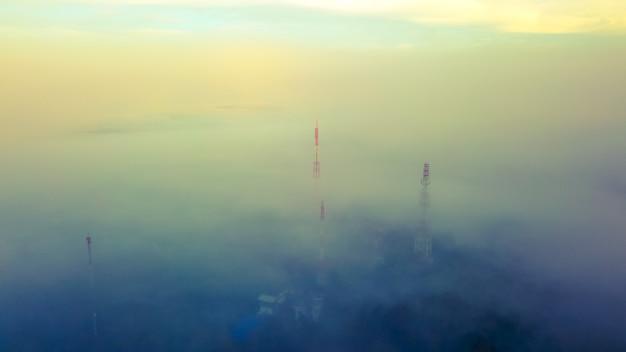 Vue aérienne, de, télécom, tour, sommet, de, montagne, à, brumeux. Photo Premium