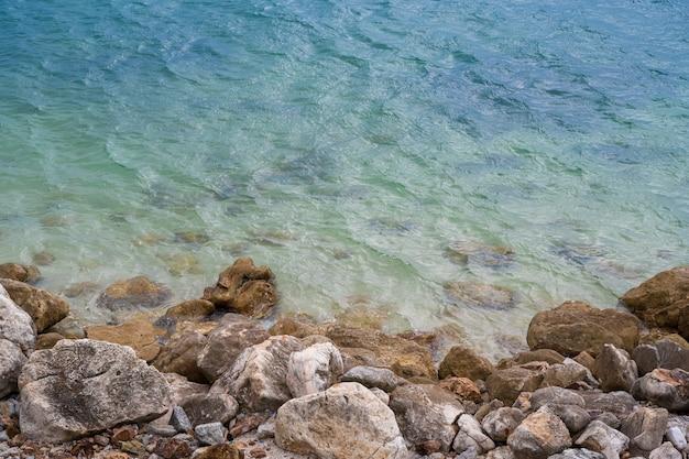 Vue Aérienne Des Vagues De La Mer Et Des Rochers Fantastiques En été Photo Premium