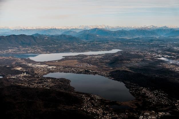 Vue Aérienne D'une Vallée De Banlieue Avec Des Lacs Pittoresques Photo gratuit