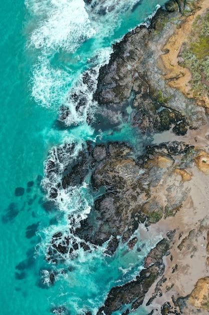 Vue Aérienne Verticale Du Magnifique Rivage De La Mer Avec De L'eau Bleue Propre Et Une Plage De Sable Photo gratuit