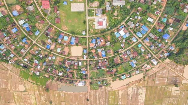 Vue aérienne de villages dans un cercle pris avec des drones Photo Premium