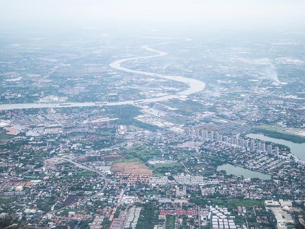 Vue aérienne de la ville de bangkok et de la rivière chao phraya avec superposition de brouillard le matin Photo gratuit
