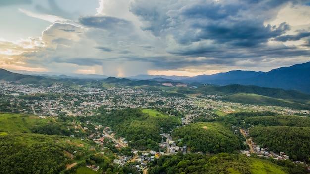 Vue aérienne de la ville de montagne de nova iguacu. Photo Premium