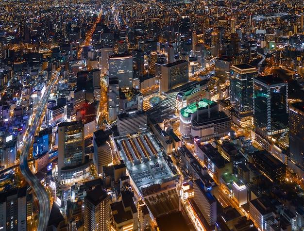 Vue aérienne sur la ville d'osaka avec la gare d'umeda (osaka) la nuit. Photo Premium