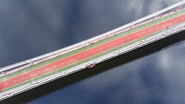 Vue Aérienne De La Voie Piétonne Et Piste Cyclable Sur Le Pont Du Parc En Hiver Et Le Dniepr Par Le Haut, Ville De Kiev (kiev), Ukraine Photo Premium
