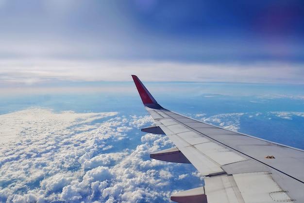 Vue de l'aile de l'avion depuis la fenêtre de l'avion à l'intérieur du siège. Photo Premium