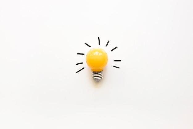 Vue D'angle élevé De L'ampoule électrique Jaune Sur Fond Blanc Photo gratuit