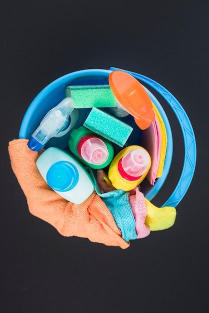Vue d'angle élevé de divers équipements de nettoyage dans le panier Photo gratuit