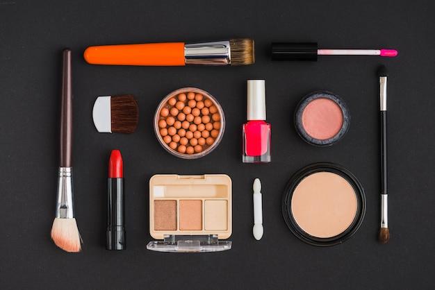 Vue d'angle élevé de divers produits cosmétiques disposés en forme rectangulaire Photo gratuit