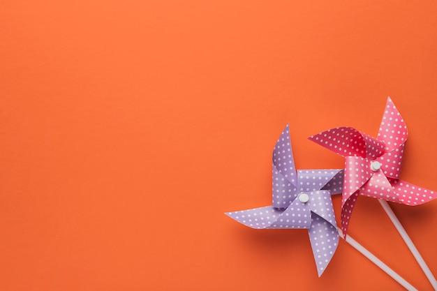 Vue d'angle élevé de moulinet à pois sur fond orange Photo gratuit