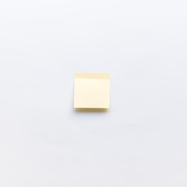 Vue d'angle élevé de la note adhésive sur fond blanc Photo gratuit
