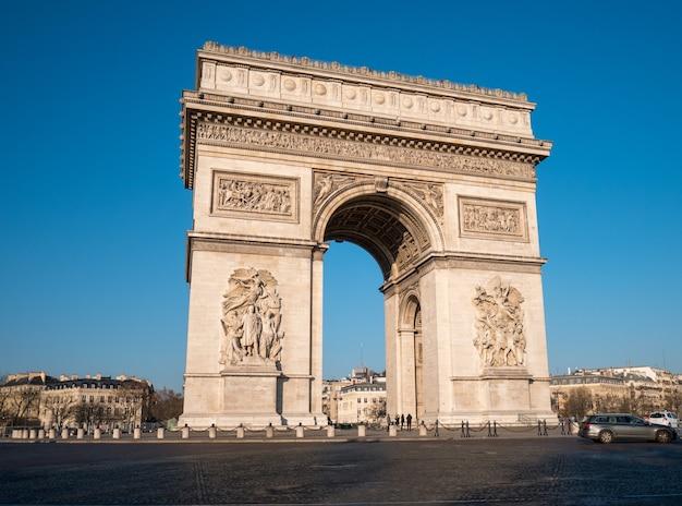 Vue De L'arc De Triomphe Et De La Circulation à Paris. Photo Premium