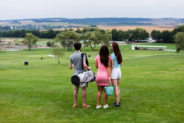 Vue arrière des amis sur le terrain de golf Photo gratuit