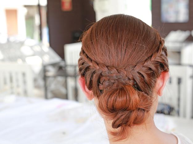Vue arrière de la belle coupe de cheveux de mariée. Photo Premium