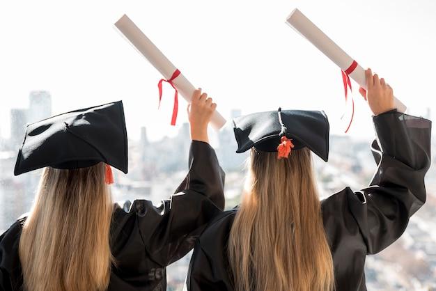 Vue arrière des collègues à la remise des diplômes Photo gratuit